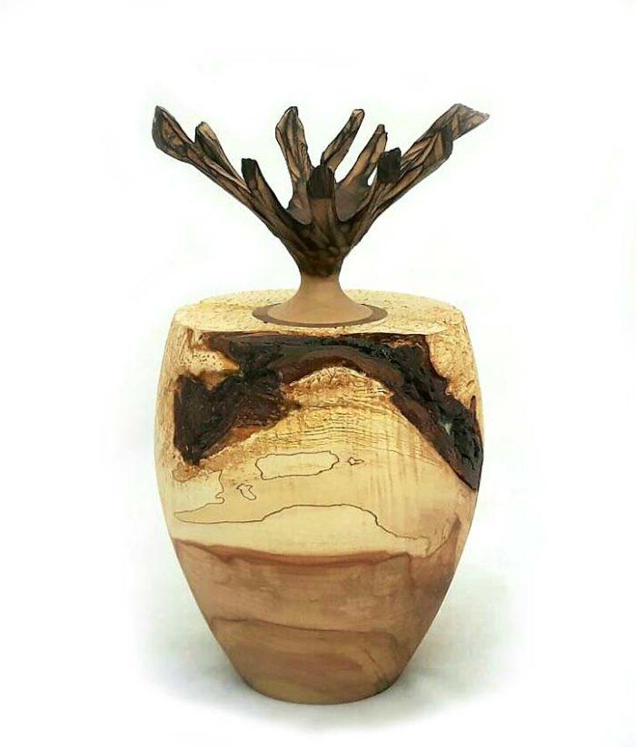 holz urne aus kastanje und weissdorn
