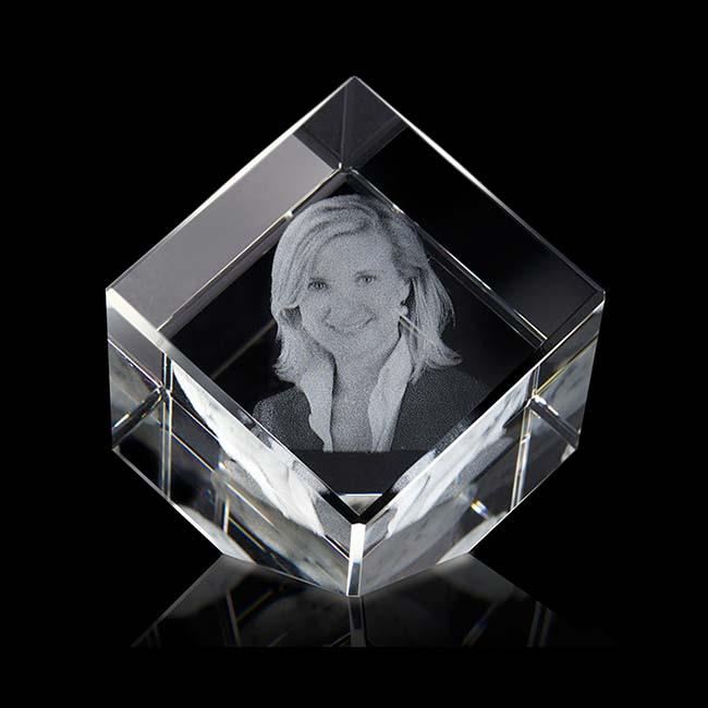 Gekippte Kristallglaswürfel mit Lasergravur (6 cm) Glas Mini art Urnen