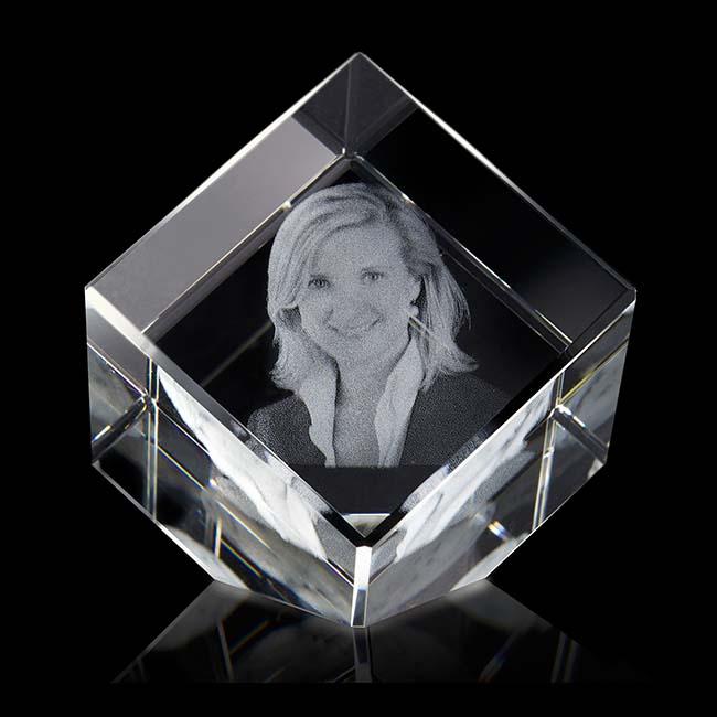Gekippte Kristallglaswürfel mit Lasergravur (8 cm) Glas Mini art Urnen