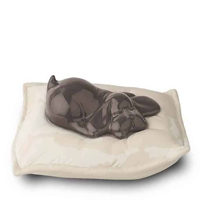 Braune Urne Schlafender Hund auf Kissen (0,8 Liter) Hundeurnen